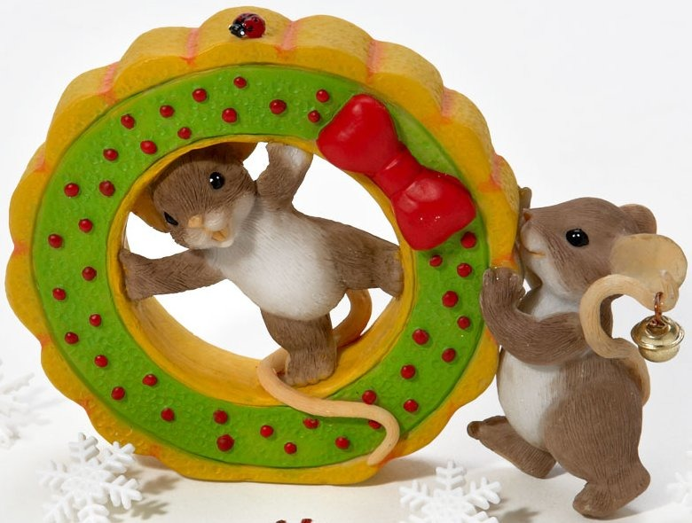 Charming Tails 4023658 Friends Help Get The Holidays Rolling Figurine